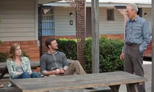 Clint Eastwood observa a Amy Adams y Justin Timberlake, en una escena de Golpe de efecto.