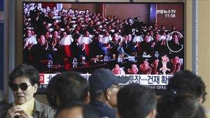 La televisión surcoreana ha emitido una imagen en la que aparece Kim Yong Chol, en el círculo, junto con el líder norcoreano.