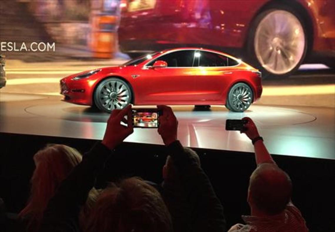 Elon Musk quiere calmar los ánimos y ofrece más datos del nuevo Model 3