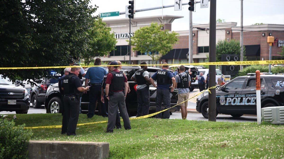 Policías armados en el perímetro donde se ha producido el tiroteo moratl en Annapolis, Maryland (EEUU)
