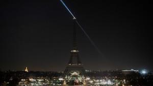 La Torre Eiffel, con las luces apagadas.