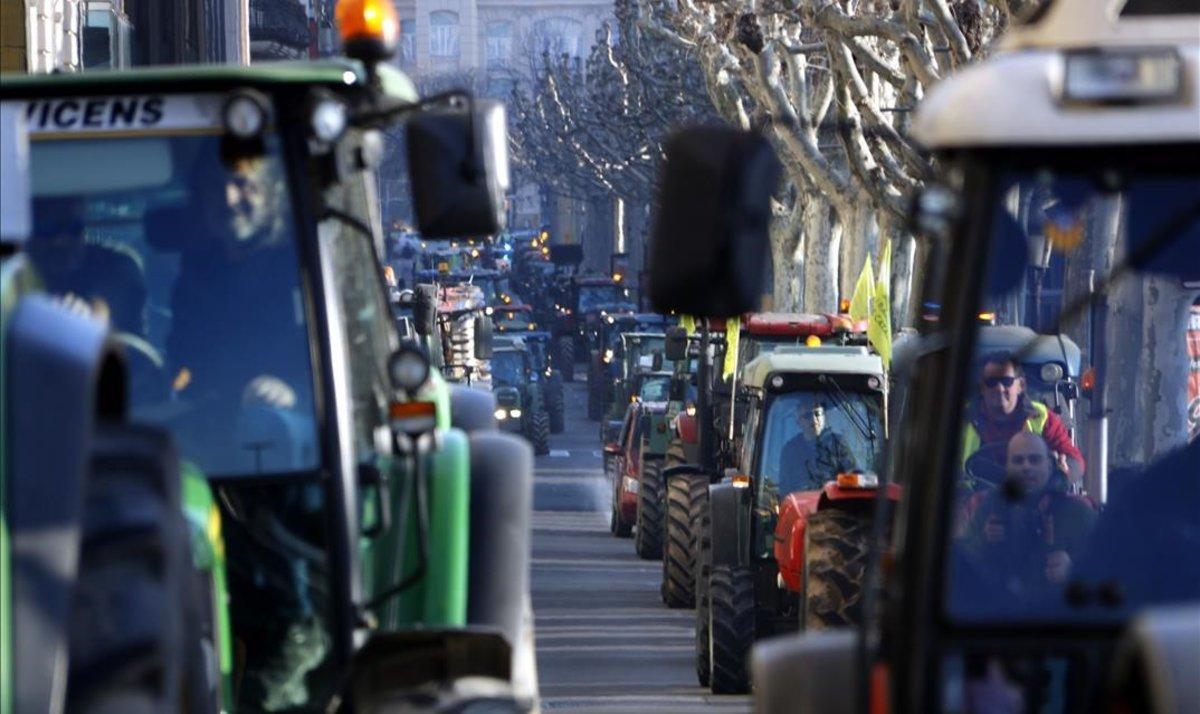 Tractores circulando por la rambla Ferran de Lleida en la movilización por la mejora del sector agrario.