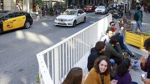 Tráfico en la calle de Consell de Cent con Pau Claris, frente al Institut Jaume Balmes