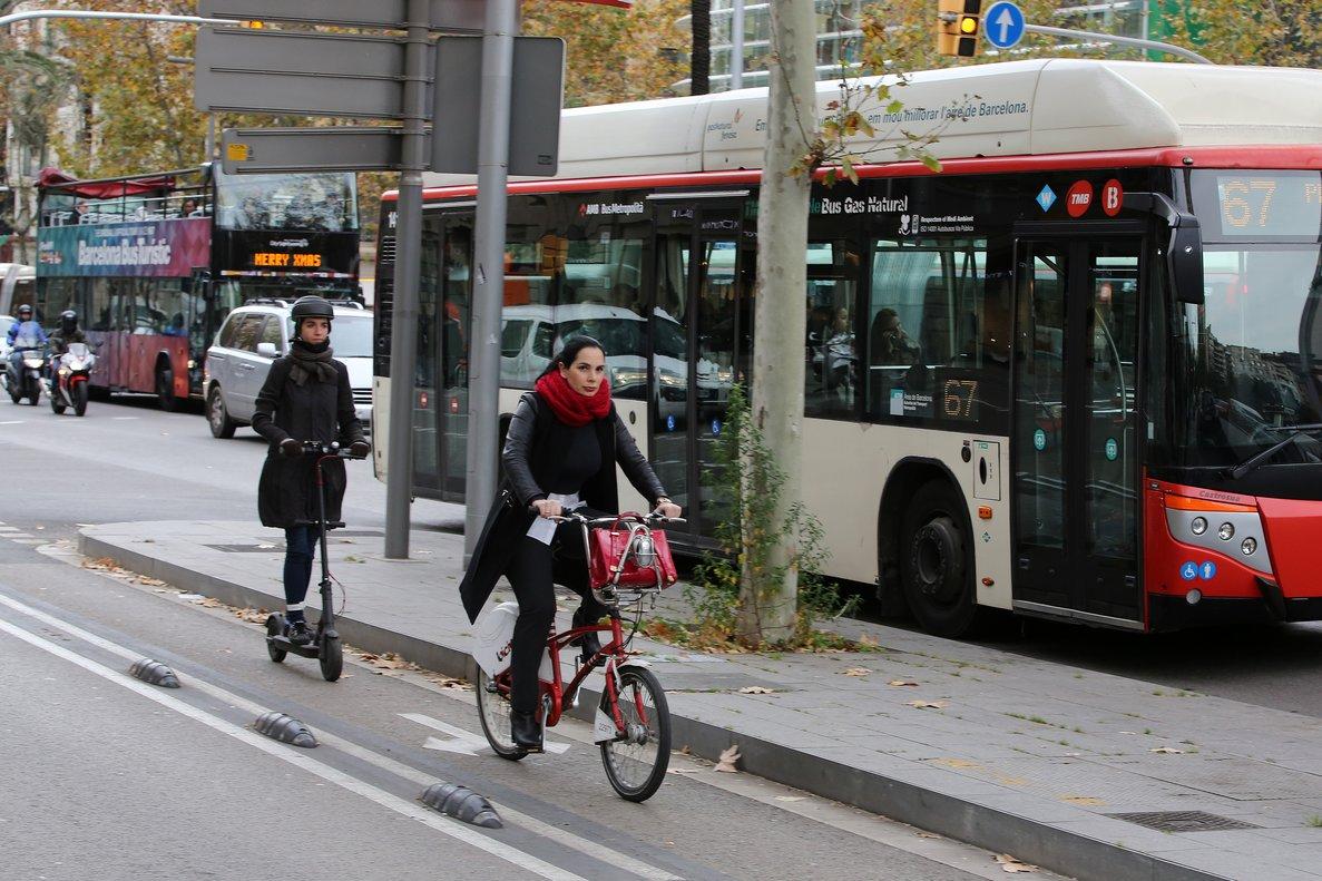 Las mujeres son más sostenibles en el uso de transporte