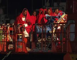 Traslado a Almeríade 27 inmigrantes que iban en una patera.