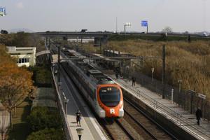 Tren de cercanías a su paso por Viladecans.