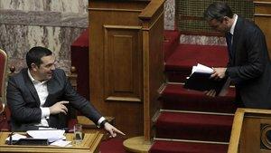 Tsipras, junto a Mitsokakis, líder de Nueva Democracia, en el Parlamento.
