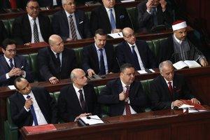 El primer ministro de Túnez designado Habib Jemli (R) con los nuevos ministros asiste a una sesión parlamentaria para votar sobre el nuevo gobierno de Túnez.