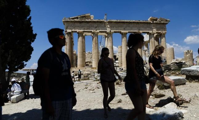 Turistas en la antigua Acropolis, en Atenas.