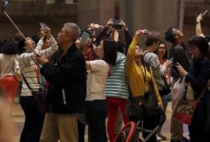Turistas asiáticos en el interior de la Sagrada Família de Barcelona.