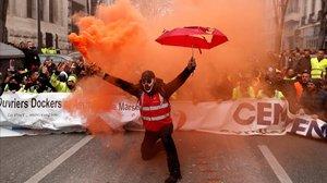 Una manifestante contra la reforma de las pensiones, en Marsella.