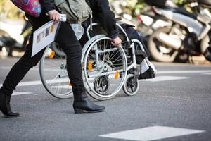 Una persona en silla de ruedas, por las calles de Barcelona.