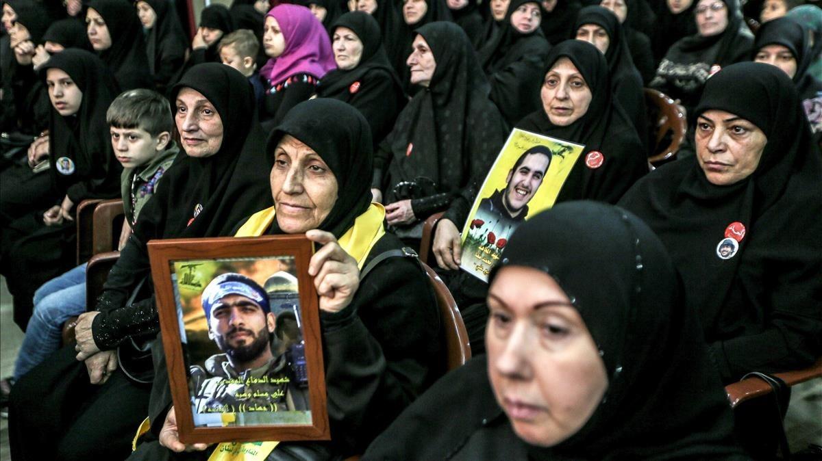 Simpatizantes de Hizbulá escuchan por videoconferencia a su líder, Hasán Nasralá, en Beirut.