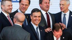 Pedro Sanchez bromea con los primeros ministroseslovaco,belga, holandés,luxemburgués, sueco y letón mientras posan en la foto de familia del Consejo Europeo, este viernes en Bruselas.