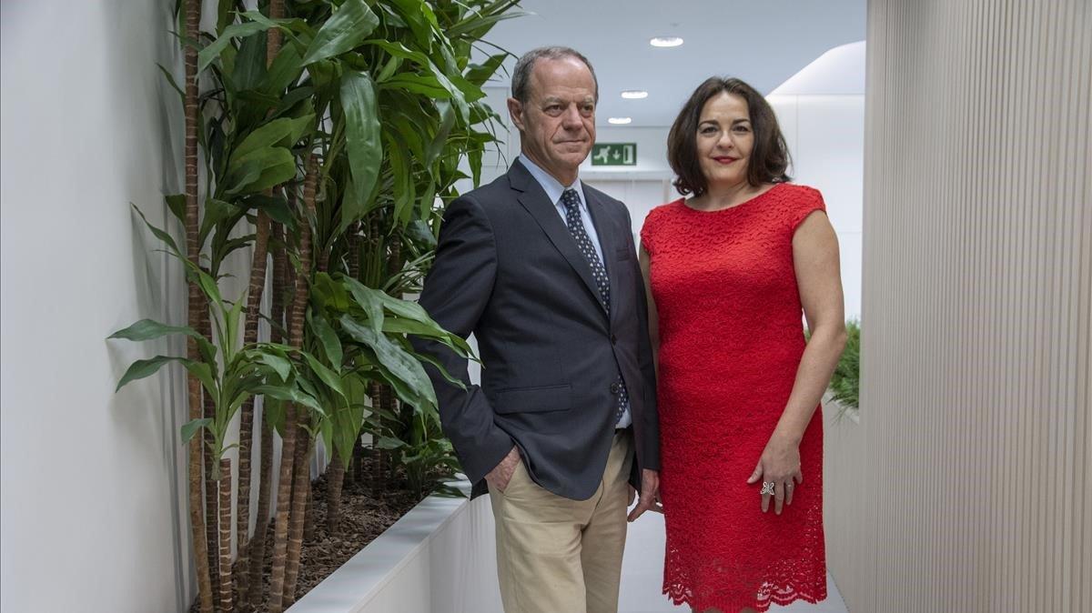 Los doctores Joaquim Bellmunt y Escarlata López, en el Centro 360 de Excelencia Oncológica de Barcelona.