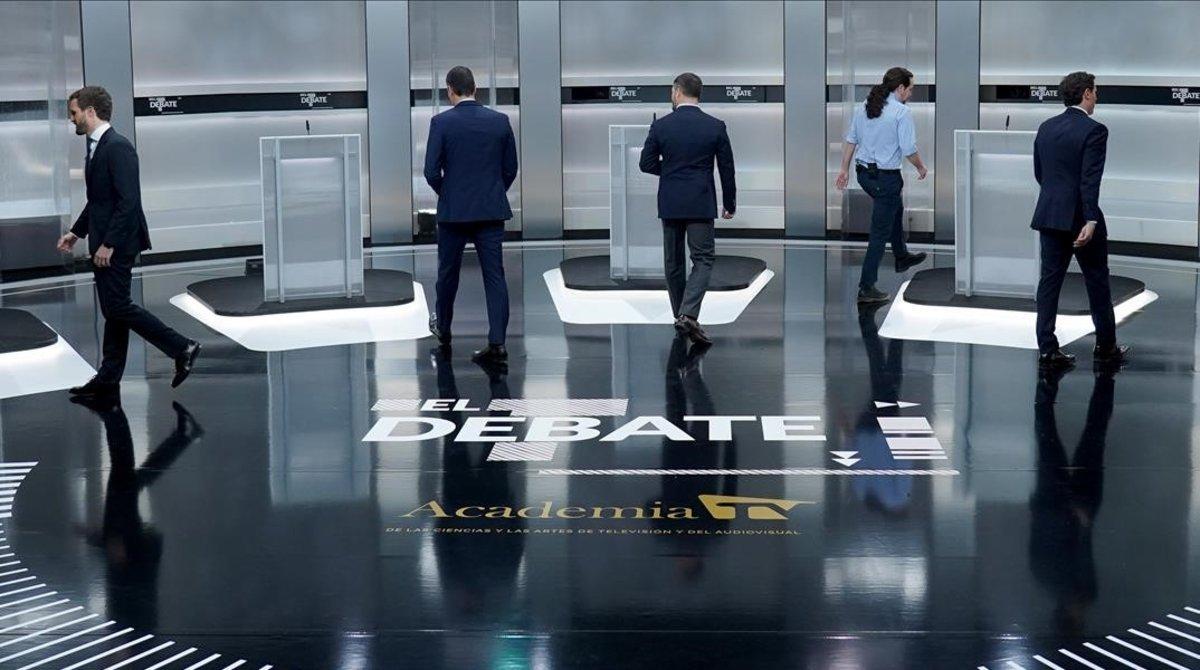 Pablo Casado, Pedro Sánchez, Santiago Abascal, Pablo Iglesias y Albert Rivera se dirigen a sus respectivos estrados antes de comenzar el debate.