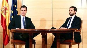 Pedro Sánchez y Pablo casado durante su encuentro en la Moncloa el pasado 16 de diciembre.