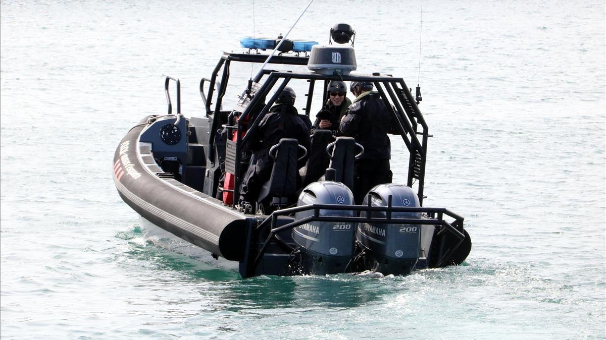 La unidad acuática de los Mossos, ayer en Blanes.