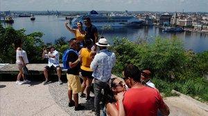 Unos turistas en La Habana.