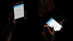 Usuarios consultan la 'app' de Tsunami Democràtic, este jueves.