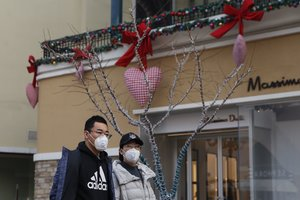 Beijing (China), 12/02/2020.- People wearing protective masks walk in a shopping mall decorated for Valentine's Day in Beijing, China, 12 February 2020 (issued 14 February 2020). Many flower markets, restaurants, cinemas and others stores closed due to the Covid-19 virus outbreak in China which originated in the Chinese city of Wuhan, has so far killed at least 1,360 people and infected nearly 60,000 others worldwide, mostly in China. (Cine) EFE/EPA/WU HONG