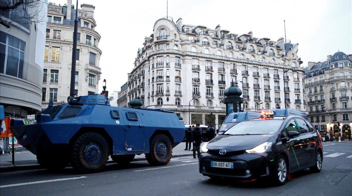 Vehículos de la policía francesa toman las calles de París antes de la protesta de los chalecos amarillos.