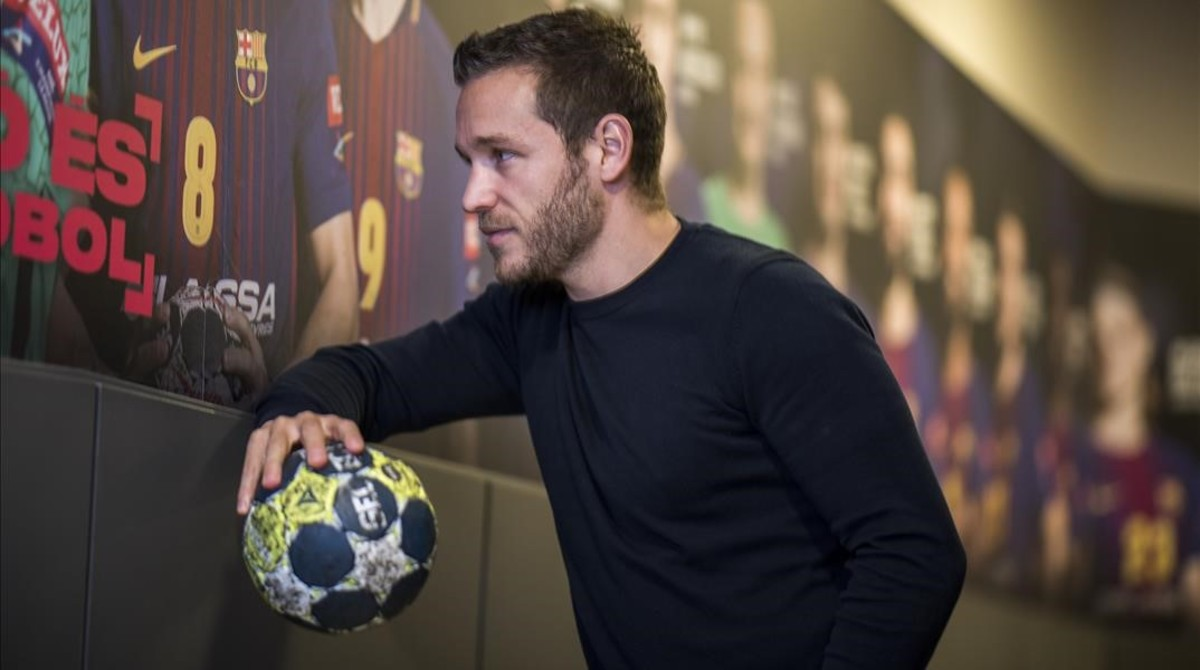 Víctor Tomàs, capitán del FC Barcelona de balonmano, en uno de los accesos del Palau Blaugrana.