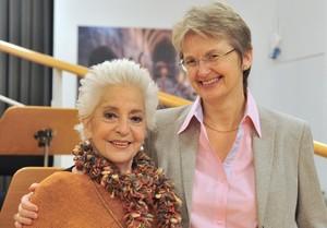 La cantante Teresa Berganza (izquierda) y Christina Scheppelmann, directora artística del Liceu.