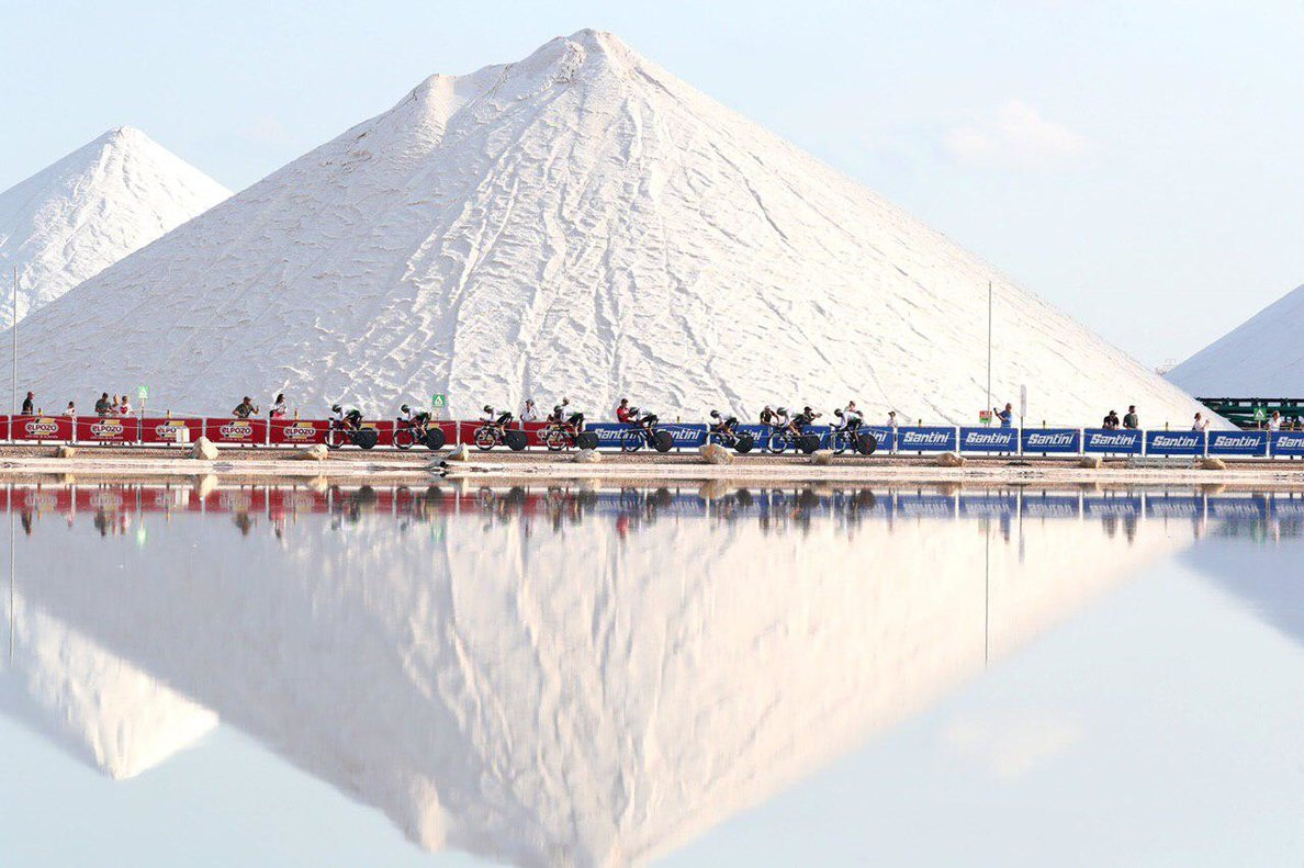 Los ciclistas del Dimension Data, junto a las montañas de sal de Torrevieja.