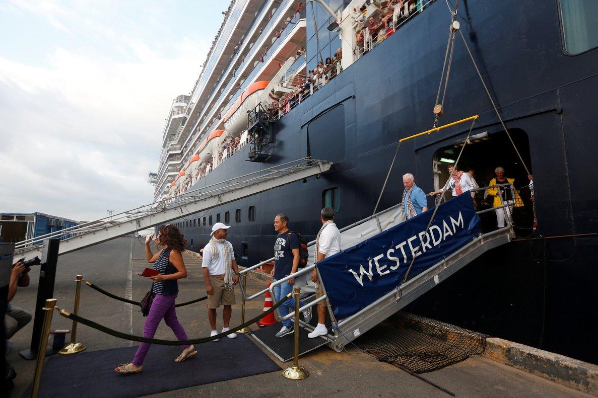 El navío, que partió el día 1 de Hong Kong, tenía previsto llegar este sábado a la ciudad japonesa de Yokohama, pero las autoridades niponas le denegaron la entrada.