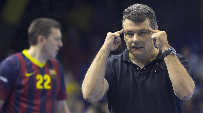 Xavi Pascual da instrucciones a sus jugadores durante un partido de la Liga de Campeones de balonmano.