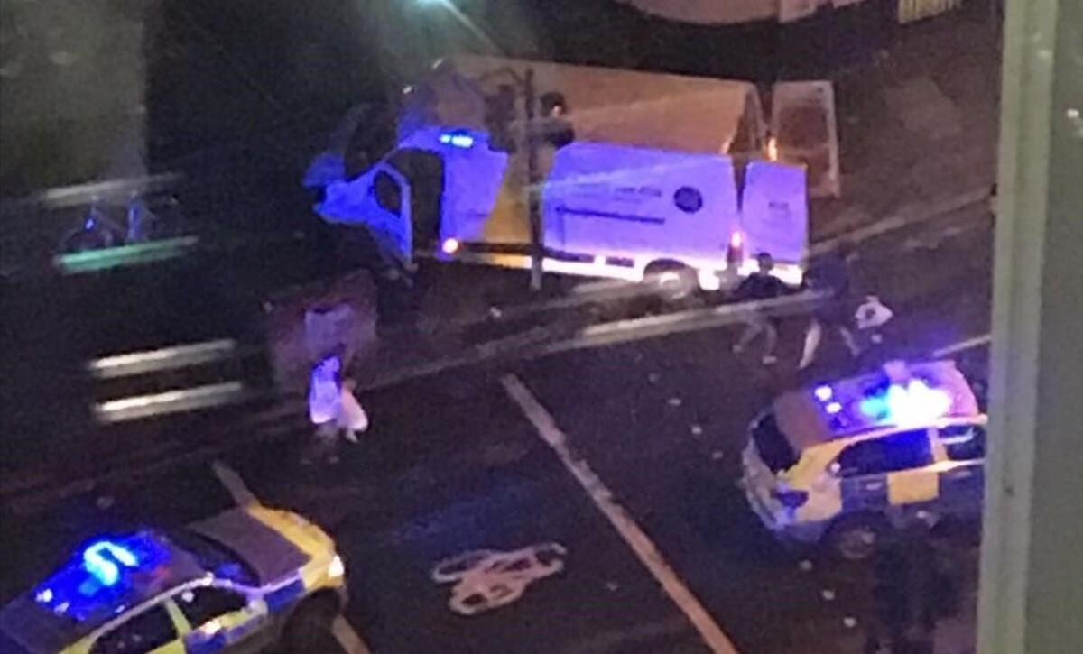 La policía rodea la furgoneta utilizada por los terroristas en el Puente de Londres.