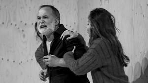 Luis Bermejo (centro), sujetado porIrene Escolar y Gonzalo Cunill, en una escena de Vania.