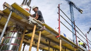 Obreros trabajando en un edificio en construcción en la Rambla Guipúzcoa con Espronceda