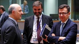 Escolano, junto al embajador español en Bélgica, Juan Pablo García Bordoy, conversa conPierre Moscovici, comisario de Economía de la UE.
