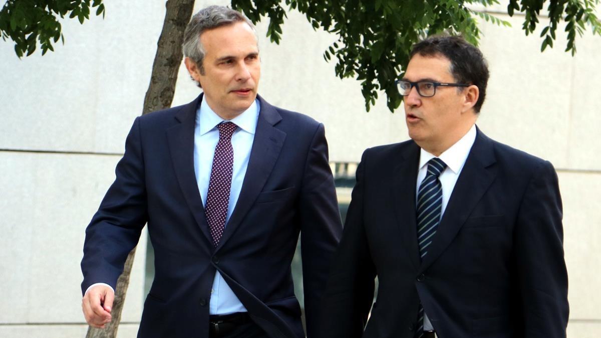 Josep Lluís Alay junto al abogado de Puigdemont, Jaume Alonso-Cuevillas.