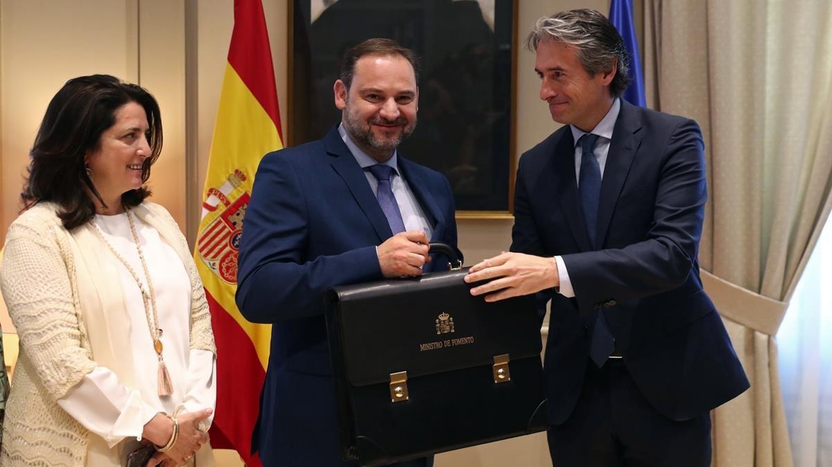 José Luis Ábalos recibe la cartera de Fomento de su antecesor, Íñigo de la Serna.