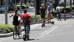 Bicis y patinetes eléctricos, compartiendo carril en la Diagonal.