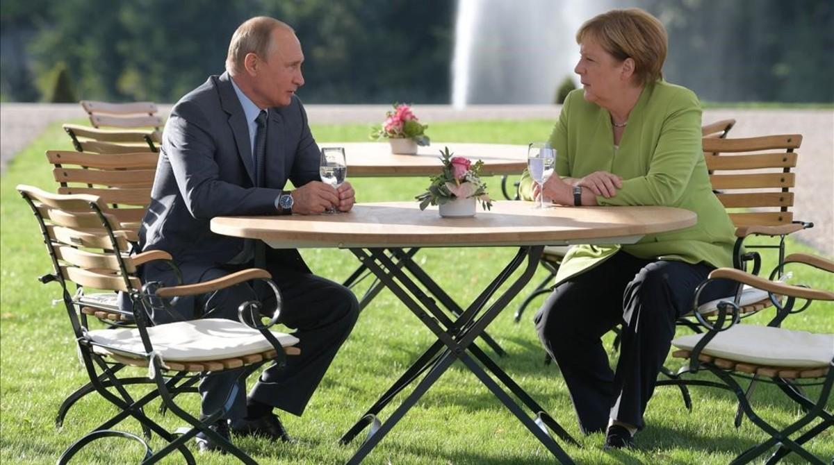 Vladímir Putin y Angela Merkel, el sábado en el palacio Meseberg, en Gransee (Alemania).