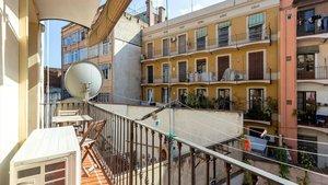 Balcón interior del piso alquilado fraudulentament por habitaciones junto al Arc de Triomf.