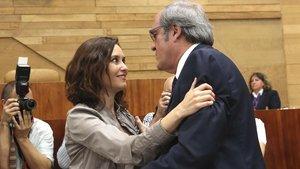 Isabel Díaz Ayuso saluda a Ángel Gabilondo en la constitución de la Asamblea de la Comunidad de Madrid.
