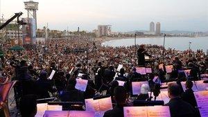 La OBC, la noche del viernes, durante el concierto ofrecido en la playa de San Sebastià de la Barceloneta.