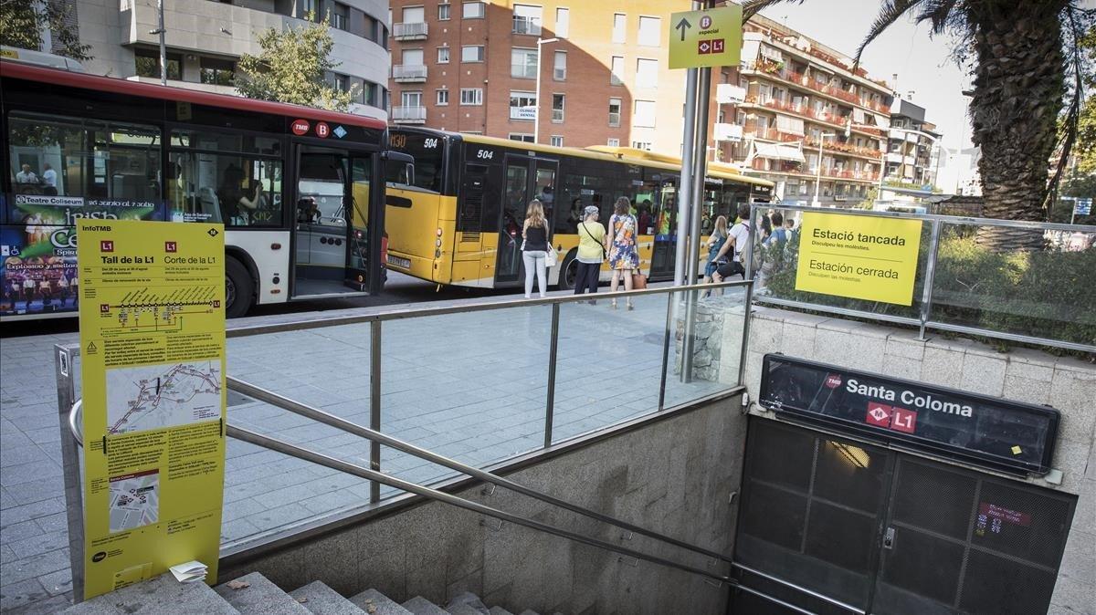 La estación de Santa Coloma, cerrada al público, con los buses de lanzadera al fondo.