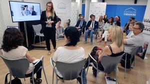 LA psicóloga Marta Argilés en el taller de confort emocional, este jueves.