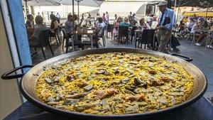 Una paella en el escaparate de un restaurante del centro de València junto al Mercado Central