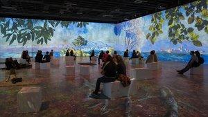 Visitantes en la Sala Inmersiva del IDEAL ven laproyección sobre Monet.