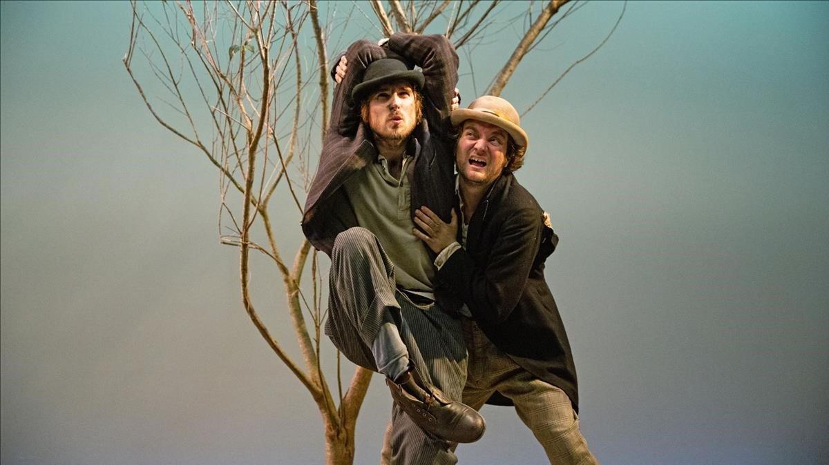 Pol López (derecha) y Nao Albet, en'Esperant Godot', en la Sala Beckett.