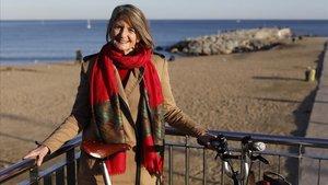 Elisabeth Breedlove, con su bicicleta, junto ala playa de Barcelona.