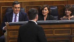 Rufián, de espaldas, con Sánchez, Calvo y Delgado en la primera sesión del debate de investidura, el 4 de enero.
