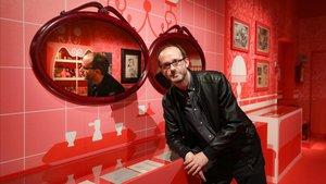 Toni Vall posa en la exposición del Palau Robert junto a los espejos del baño de Bocaccio.